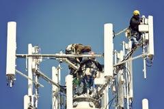 Besatzung, die Antennen installiert lizenzfreies stockbild