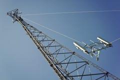Besatzung, die Hochkonjunktur mit Antennen installiert stockfoto