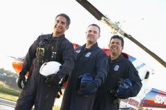 Besatzung vor Medevac-Hubschrauber stockfotos