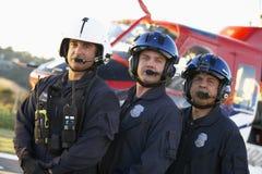 Besatzung vor Medevac-Hubschrauber lizenzfreie stockbilder