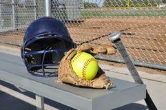 Beísbol con pelota blanda amarillo, casco, palo, y guante Fotos de archivo libres de regalías