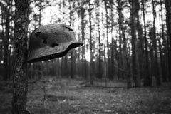 Beschädigt durch Kugeln und Schrapnell-Metallsturzhelm der deutschen Infanterie lizenzfreie stockbilder