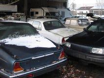 Beschädigte Fahrzeuge stehen in der Garage Stockbilder