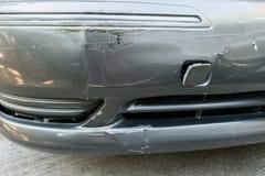 Beschädigtes Fahrzeug nach Unfall auf Straße Stockfotografie