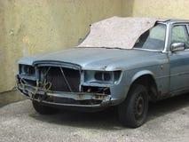 Beschädigtes Fahrzeug steht in der Straße Stockbilder