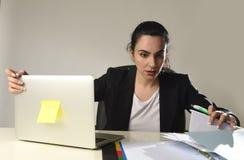 Beschäftigte attraktive Frau im Anzug, der in Druckhoffnungslosem überwältigt arbeitet Lizenzfreie Stockbilder