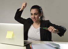 Beschäftigte attraktive Frau im Anzug, der in Druckhoffnungslosem überwältigt arbeitet Lizenzfreies Stockfoto