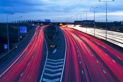 Beschäftigte Autobahn-Kreuzung an der Hauptverkehrszeit Stockbild