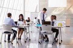 Beschäftigte Büro-Umwelt Manager-Helping Staff Ins lizenzfreies stockfoto