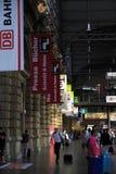 Beschäftigte Bahnstation in Frankfurt, Deutschland Lizenzfreies Stockbild