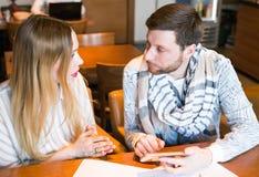 Beschäftigte Bloggers, die im Café mehrere Dinge gleichzeitig tun Lizenzfreies Stockbild