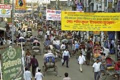 Beschäftigte Einkaufsstraße in Dhaka, Bangladesch lizenzfreie stockfotos