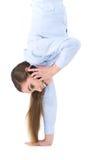 Beschäftigte Frau, die mit Telefon in der unwirklichen Haltung aufwirft Stockfoto