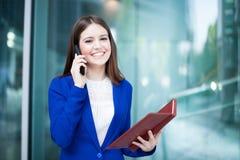 Beschäftigte Geschäftsfrau bei der Arbeit Lizenzfreie Stockfotos