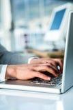 Beschäftigte Geschäftsfrau, die auf Computer schreibt Stockbild