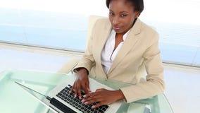 Beschäftigte Geschäftsfrau, die Laptop am Schreibtisch verwendet stock video footage