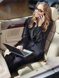 Beschäftigte Geschäftsfrau mit Laptop L Stockfotografie