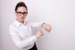 Beschäftigte Geschäftsfrau, welche die Zeit überprüft Lizenzfreie Stockfotos