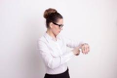 Beschäftigte Geschäftsfrau, welche die Zeit überprüft Stockfotos
