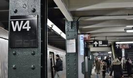 Beschäftigte Hauptverkehrszeit-gedrängte Westen-4. Station MTA-U-Bahn-Plattform-New- York Cityleute, die austauschen, um zu arbei lizenzfreie stockbilder