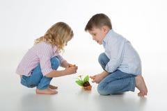 Beschäftigte Kinder auf dem Boden Stockbild