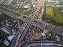 Beschäftigte Landstraßenkreuzung von der Vogelperspektive Stockfotografie