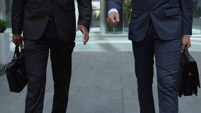 Beschäftigte Männer, die zusammen nahe Bürogebäude, Rechtsanwalt oder Mitgliedern der Kommission gehen stock video footage