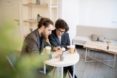 Beschäftigte Manager, die Projekt im Café besprechen stockfotos