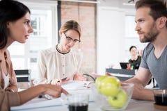 Beschäftigte Mitarbeiter, die bestimmten Fall besprechen Lizenzfreie Stockbilder