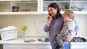 Beschäftigte Mutter in der Küche stock video footage