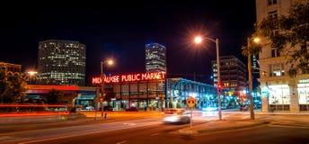 Beschäftigte Nacht in Milwaukee im Stadtzentrum gelegen Stockbilder