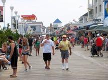 Beschäftigte Promenade im Juli Stockbild