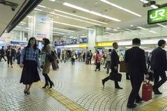 Beschäftigte Reisende Shinjuku-Station Tokyo lizenzfreie stockbilder