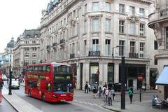 Beschäftigte Straße Londons England Stockbild