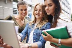 Beschäftigte Studenten auf dem Campus Lizenzfreies Stockbild