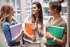 Beschäftigte Studenten auf dem Campus Lizenzfreies Stockfoto