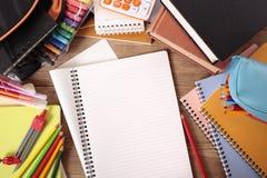 Beschäftigte Studentenschulbank mit freiem Raum faltete Schreibensbuch, Kopienraum Stockfotografie
