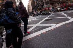 Beschäftigte Times Square-Gebäude in New York City, twillight Stockbilder