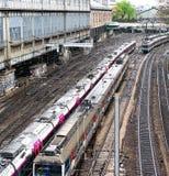 Beschäftigte Züge auf französischen U-Bahn-Linien Stockfotografie