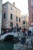 Beschäftigte Zaguri-Straßen-Brücke in Venedig stockbilder