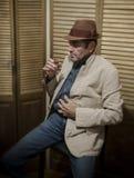 Beschäftigter älterer Mann, der alcohol_1 trinkt Stockbild