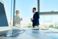 Beschäftigter Bürogroßraum Stockfotos