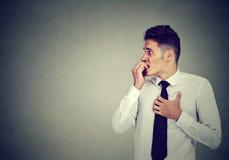 Beschäftigter besorgter junger Geschäftsmann stockfotos