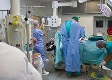 Beschäftigter Chirurgieraum im Krankenhaus lizenzfreie stockfotos