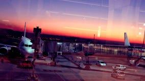 Beschäftigter Flughafen bei Sonnenaufgang stock video footage