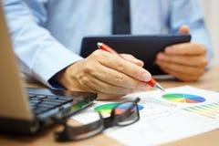 Beschäftigter Geschäftsmann überwältigt mit Informationen über Tablette comput Lizenzfreies Stockfoto
