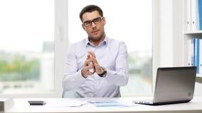 Beschäftigter Geschäftsmann mit Laptop und Papieren im Büro stock video