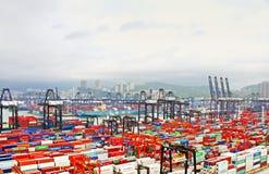 Beschäftigter Hafen morgens in Hong Kong von der Vogelansicht Stockfotos
