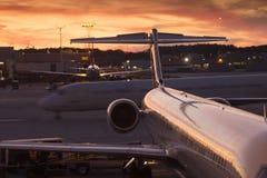 Beschäftigter Handels-Aiport-Anschluss bei Sonnenuntergang Lizenzfreies Stockfoto