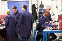 Beschäftigter Innenraum der Technik-Werkstatt Lizenzfreie Stockfotos